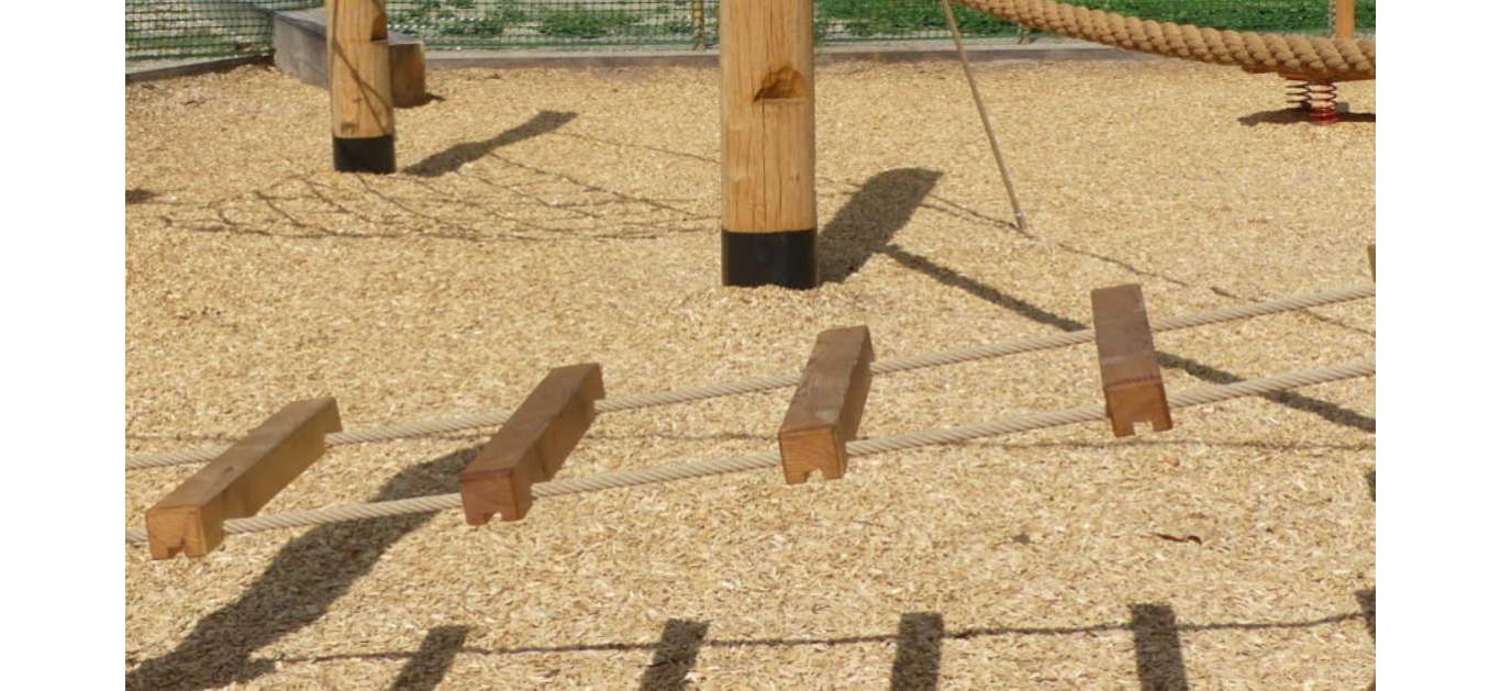 Recharger un sol de sécurité en copeaux de bois